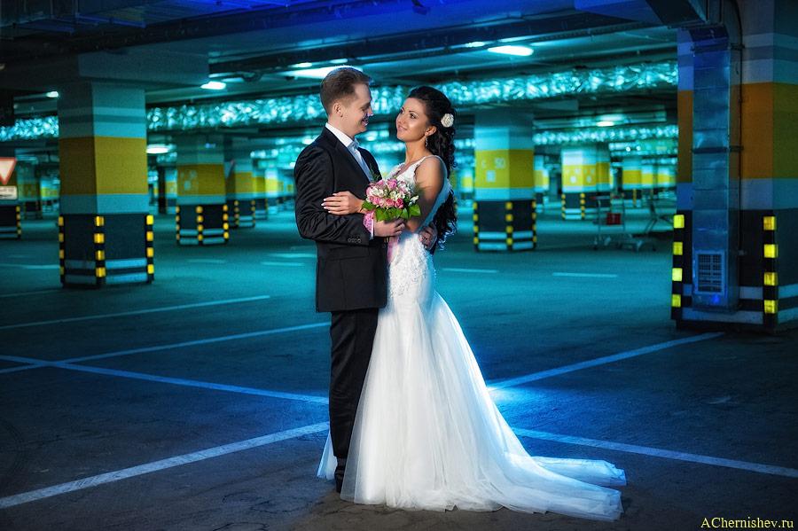 свадебная фотография на автомобильной парковке