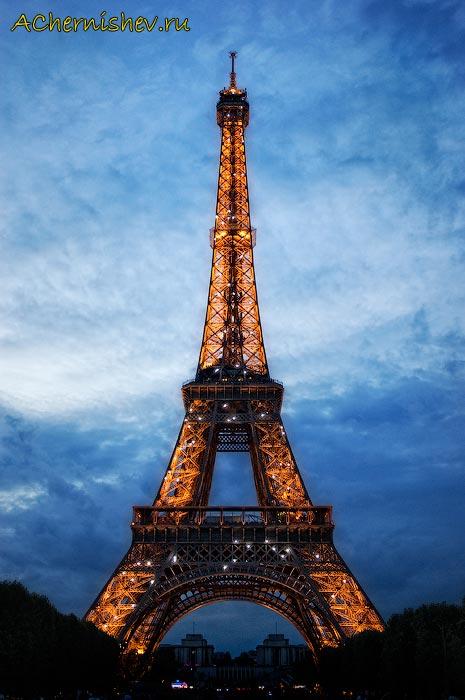 Эйфелева башня ночью с подсветкой