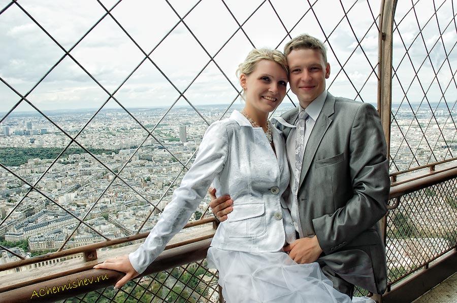 молодожены на Эйфелевой башне в Париже