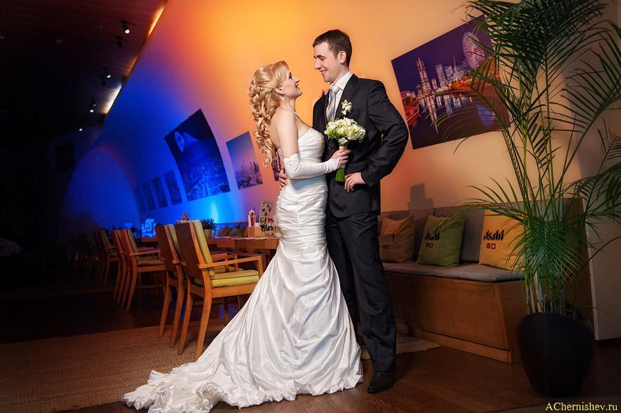 Жених и невеста позируют фотографу в ресторане ТРЦ Вегас