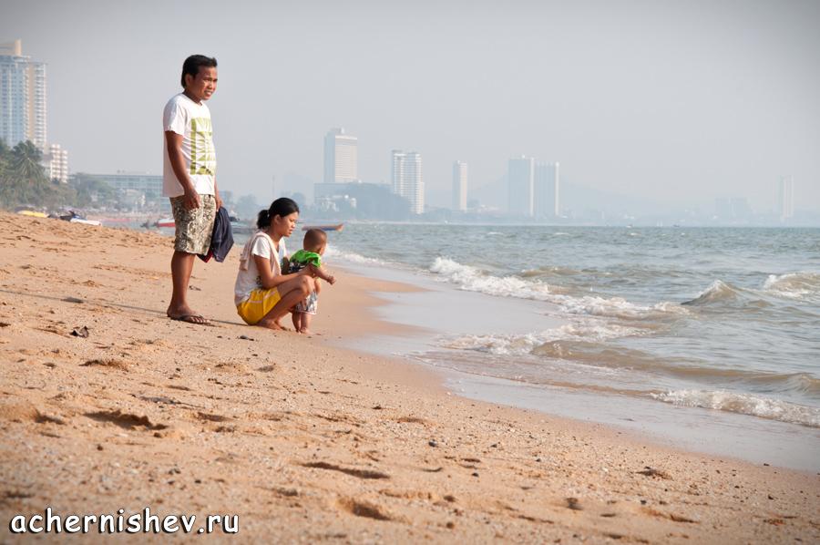 Тайская семья на море