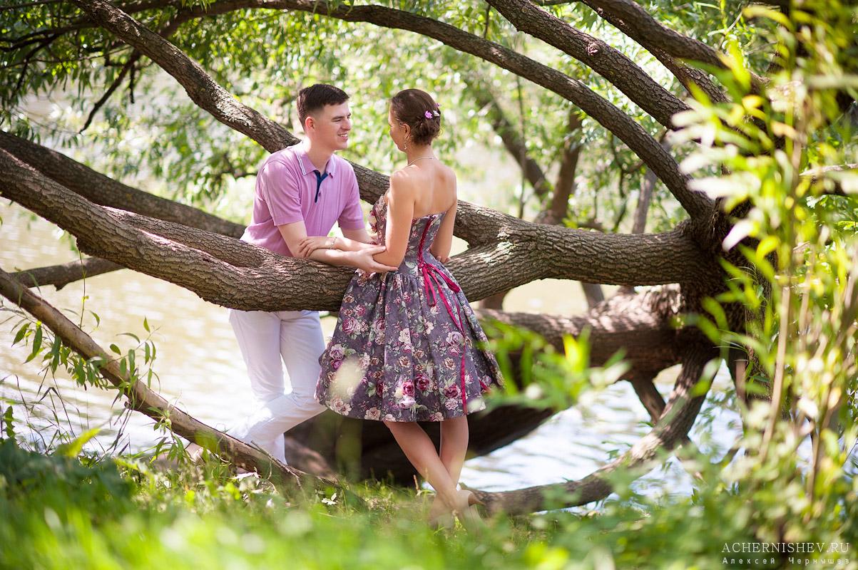 романтическая беседа у дерева