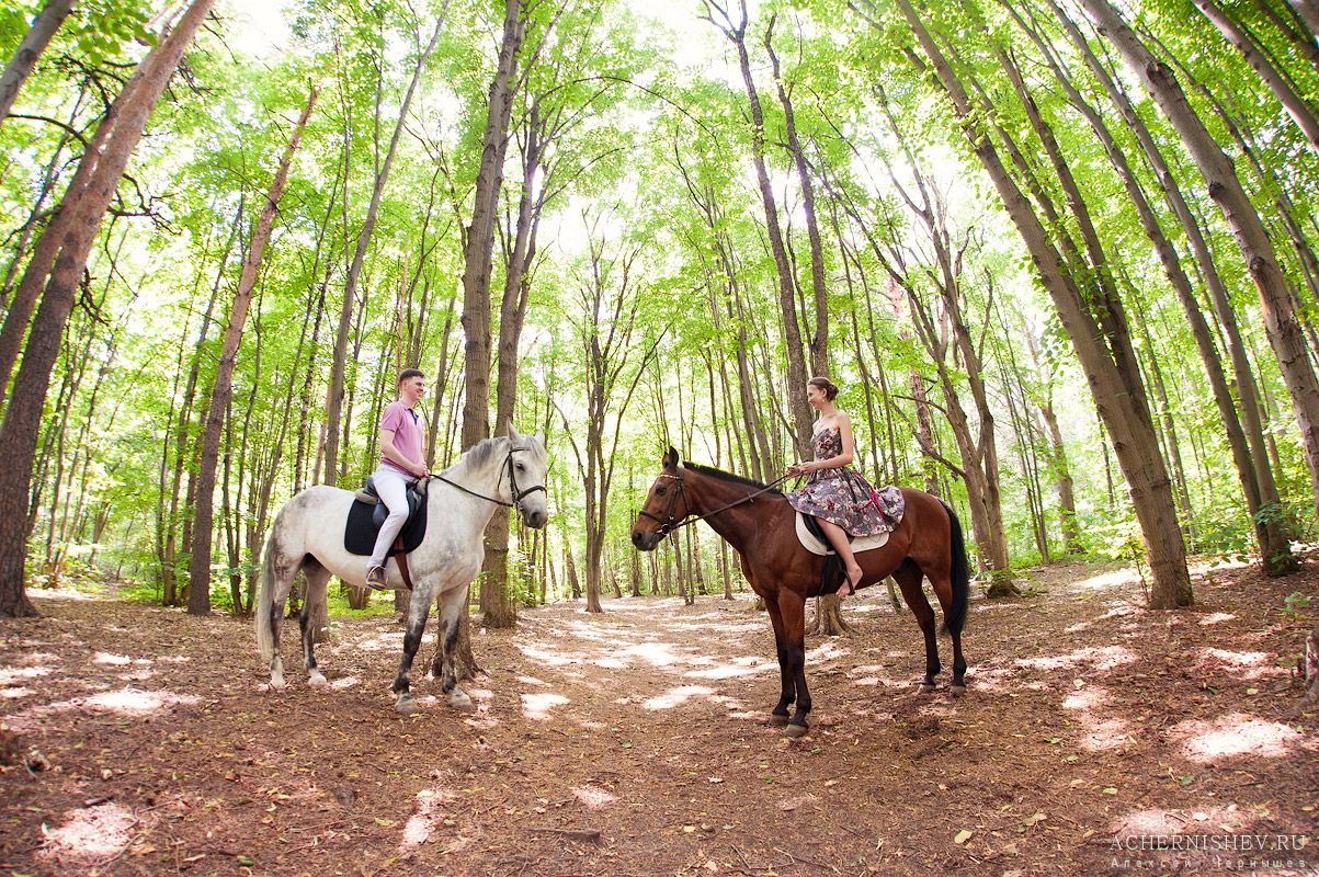 парень и девушка на лошадях