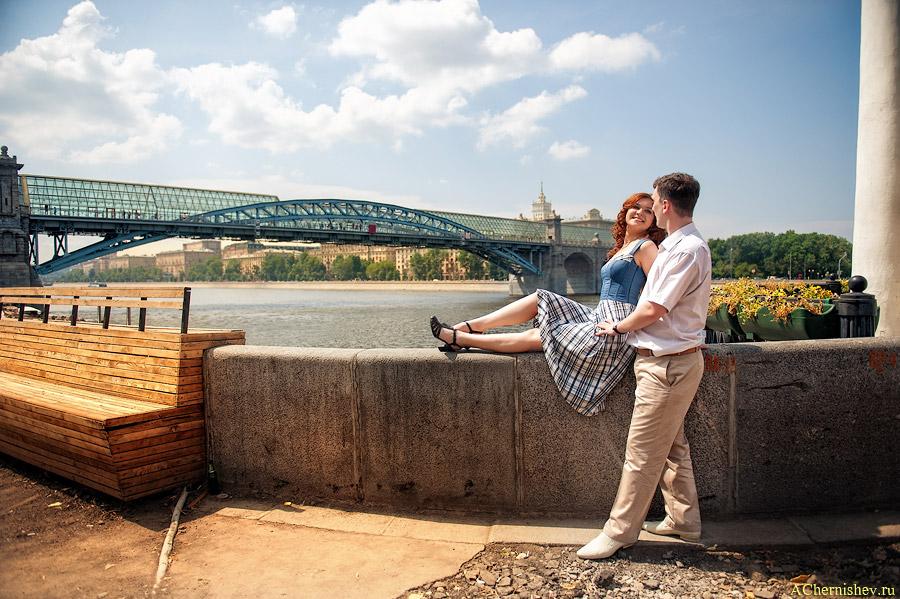 на парапете с видом на Москва-реку