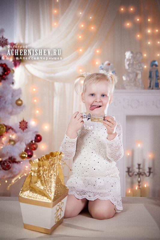 маленькая девочка с подарком