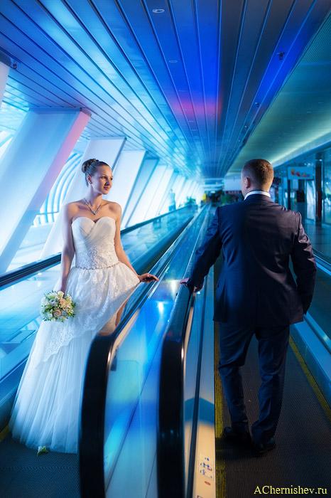 Жених и невеста на эскалаторе моста Багратион